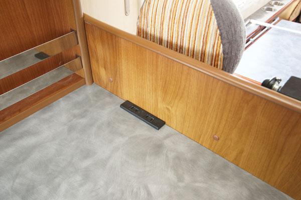 コンセント2(入口テーブル上)